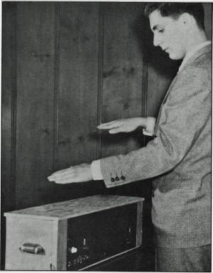 Bob Moog am eigenen Theremin (Foto mit Erlaubnis von Ileana Grams-Moog)