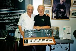 Boob Moog und David Van Koevering mit Big Briar auf der SummerNAMM 2001, Foto: Mark Vail