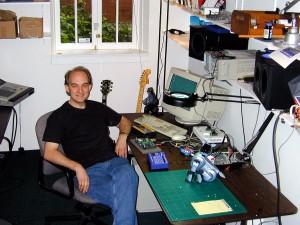 Roger Linn in seiner Arbeitsumgebung in den frühen 2000er-Jahren