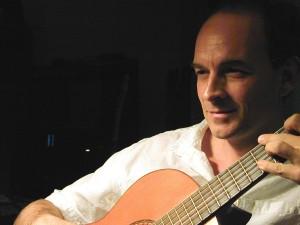 Roger Linn an der Akustikgitarre