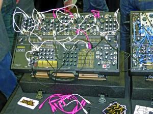 """Verschiedene Hersteller bieten vorkonfigurierte Systeme an, die sich laut Künstlern mehr wie ein komplettes Instrument anfühlen als """"nur"""" verschiedene Systeme von verschiedenen Unternehmen. Das hier ist ein Make Noise Shared System auf der NAMM-Show 2015. Make Noise-Gründer Tony Rolando konfigurierte das originale Shared System für Synthesisten, die Musik für das Make Noise Records """"Shared System Series""""-Album komponierten. (Foto courtesy of Mark Vail)"""