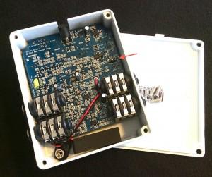 Electro-Harmonix Crash Pad Test: Das aufgeschraubte Gerät mit dem DIP-Switch (Pfeil).